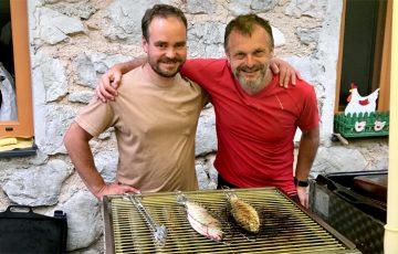 Er ist Bayer, Weißbierfan und Grillmeister, der Chef des Rohrauer Hauses Matthias Hummel mit unserem Bergfex Wolfgang Lehner
