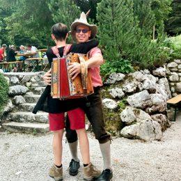 Auf dem Rohrauerhaus wird aufgespielt, und die Wanderer machen mit (sofern sie noch die Kraft haben nach einer anstrengenden Bergtour)